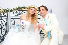 Junge Paare, die in einem Studio aufwerfen Lizenzfreies Stockfoto