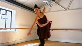 Junge Paare, die einen Balletttanz üben stock video