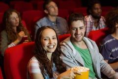 Junge Paare, die einen Film aufpassen Stockfotos