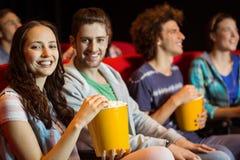 Junge Paare, die einen Film aufpassen Lizenzfreies Stockbild