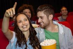 Junge Paare, die einen Film aufpassen Stockbilder