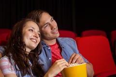 Junge Paare, die einen Film aufpassen Lizenzfreie Stockfotografie