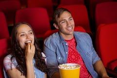 Junge Paare, die einen Film aufpassen Stockfoto