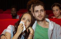 Junge Paare, die einen Film aufpassen Lizenzfreies Stockfoto