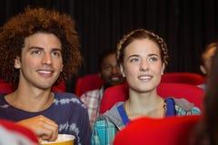 Junge Paare, die einen Film aufpassen Lizenzfreie Stockbilder