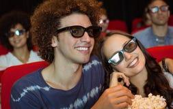 Junge Paare, die einen Film 3d aufpassen Lizenzfreies Stockfoto