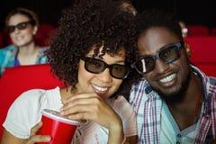 Junge Paare, die einen Film 3d aufpassen Stockbilder