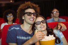 Junge Paare, die einen Film 3d aufpassen Lizenzfreie Stockfotografie