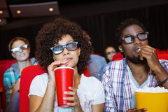 Junge Paare, die einen Film 3d aufpassen Lizenzfreies Stockbild
