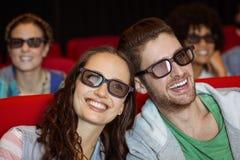 Junge Paare, die einen Film 3d aufpassen Stockfotos