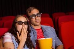 Junge Paare, die einen Film 3d aufpassen Lizenzfreie Stockfotos