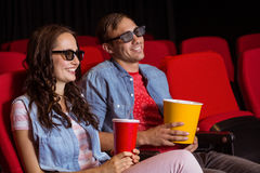 Junge Paare, die einen Film 3d aufpassen Stockfotografie