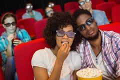 Junge Paare, die einen Film 3d aufpassen Lizenzfreie Stockbilder