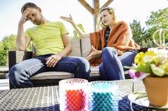 Junge Paare, die einen Kampf im Garten haben stockbilder