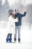 Junge Paare, die in einen Park gehen Lizenzfreie Stockbilder