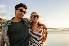 Junge Paare, die einen Sommertag auf Küste genießen stockbilder