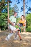 Junge Paare, die einen Spaß im Wald haben stockfoto
