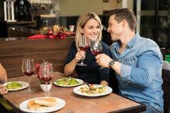 Junge Paare, die einen Toast mit Wein machen Stockfoto