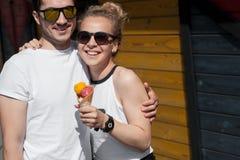 Junge Paare, die Eiscreme essen Stockfotos