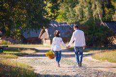Junge Paare, die entlang die Straße gehen lizenzfreie stockbilder