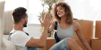 Junge Paare, die fünf mit einem neuen Haus sich geben lizenzfreie stockbilder