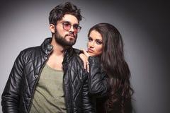 Junge Paare, die für die Kamera aufwerfen Stockfotos