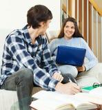Junge Paare, die für Prüfung sich vorbereiten Stockfotos
