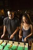 Junge Paare, die Fußballtabelle spielen. Lizenzfreie Stockfotos