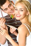 Junge Paare, die Gemüse essen lizenzfreie stockbilder