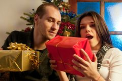 Junge Paare, die Geschenke genießen Stockbild