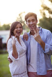 Junge Paare, die Gesichter und Fingergesten machen Lizenzfreies Stockfoto