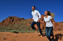 Junge Paare, die glücklich zusammen laufen Stockfoto