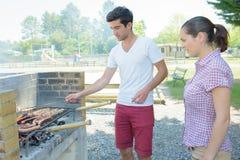Junge Paare, die Grill haben Stockbilder