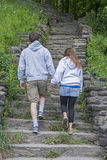 Junge Paare, die Hand in Hand gehen Stockfoto