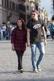 Junge Paare, die Hand in Hand gehen Lizenzfreie Stockfotos