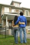 Junge Paare, die Haus betrachten Lizenzfreies Stockbild