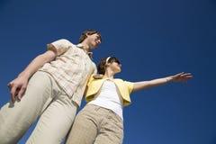 Junge Paare, die helle Zukunft untersuchen Stockbilder