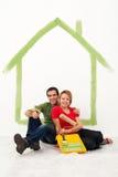 Junge Paare, die ihr erstes Haupt neu streichen lizenzfreie stockfotos