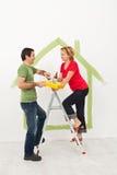 Junge Paare, die ihr neues Haus schaffen Lizenzfreies Stockbild