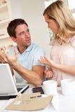 Junge Paare, die ihre Finanzierung behandeln Lizenzfreies Stockfoto