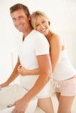 Junge Paare, die im Badezimmer fertig werden Stockfotografie