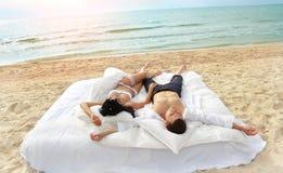 Junge Paare, die im Bett stillstehen Lizenzfreie Stockbilder