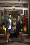 Junge Paare, die im Hotel ankommen Stockfotos