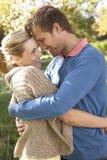 Junge Paare, die im Park aufwerfen Lizenzfreies Stockbild