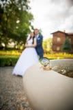 Junge Paare, die im Park aufwerfen Lizenzfreies Stockfoto
