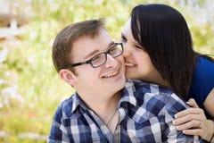 Junge Paare, die im Park sich anschmiegen Stockbild