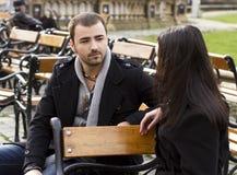 Junge Paare, die im Park sprechen stockbild