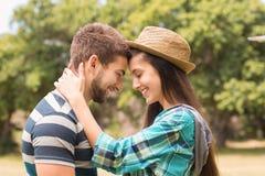 Junge Paare, die im Park umarmen Stockbilder