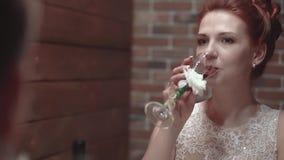 Junge Paare, die im Restaurant und in trinkendem Wein sitzen stock video footage