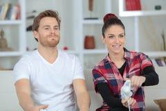 Junge Paare, die im Videospiel konkurrieren lizenzfreie stockfotografie